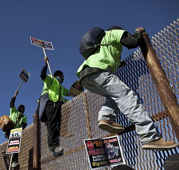 Grenzzaun zwischen US und Mexiko - Protest von ausgewiesenen illegalen Einwanderern - zu: Anspruch und Begehren