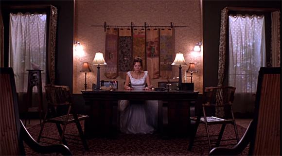 Secretary - Holloway verharrt mit den Händen auf dem Schreibtisch